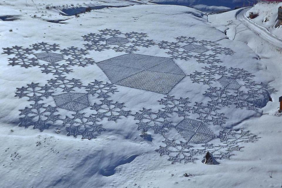 389507 337830532897086 282614611752012 1551247 1775426342 n1 Magnificent Geometric Snow Art by Simon Beck