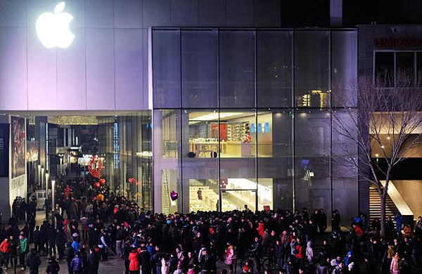 people waiting outside apple store Brand Addiction: To Be Or Not To Be?
