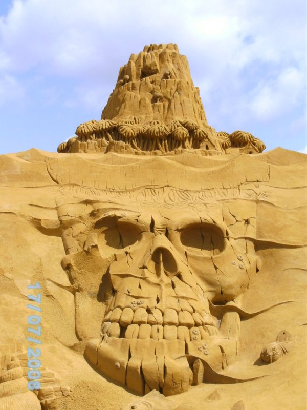 sand skull by alietje1 Staggering Sand Sculptures from Around the World