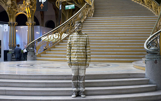 liu bolin 008 30 Pictures of Invisible Man by Liu Bolin