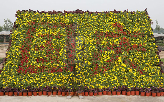 liu bolin 018 30 Pictures of Invisible Man by Liu Bolin