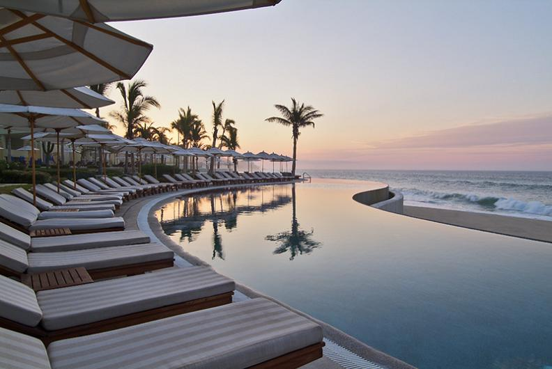 beautiful reflection infinity pool1 30 Jaw Dropping Infinity Pools from Around the World