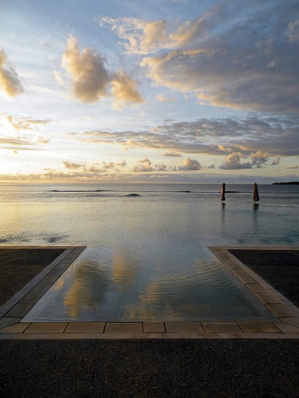intercontinental fiji resort infinity pool1 30 Jaw Dropping Infinity Pools from Around the World