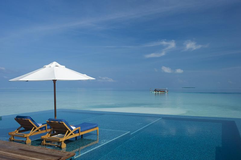 rangali island infinity pool1 30 Jaw Dropping Infinity Pools from Around the World