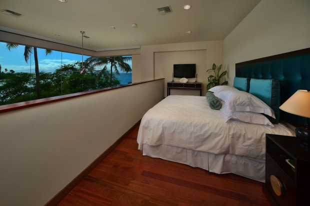 hawaiian mezzanine bedroom 620x412 Jewel Of Kahana Oceanfront House, Maui