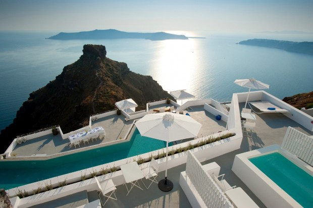birds eye view santorini grace hotel 620x412 The Breathtaking Grace Hotel, Santorini Islands