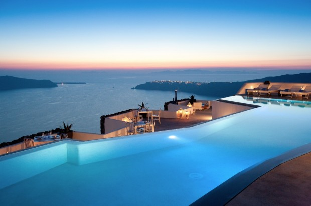satorini pool and ocean at sunset 620x412 The Breathtaking Grace Hotel, Santorini Islands